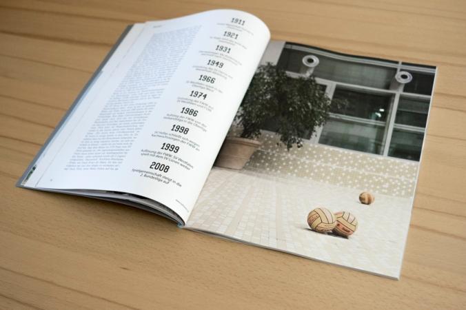 Ein aufgeschlagenes Magazin mit einem Wasserball-Foto.